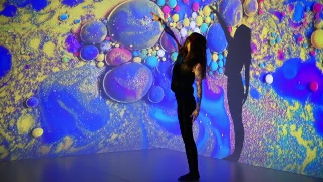 女舞蹈家的多色背景投影 - 投射 個影片檔及 b 捲影像