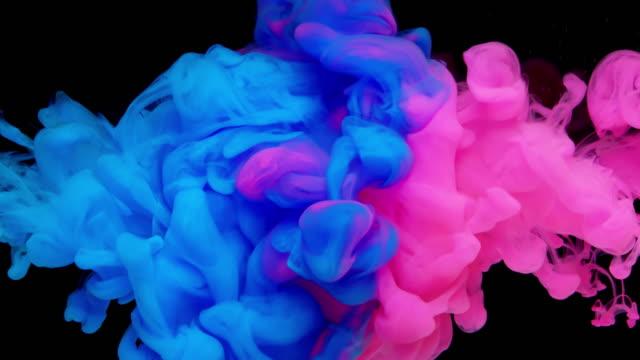 vídeos de stock e filmes b-roll de slow-mo: multicolor liquid flow - impacto