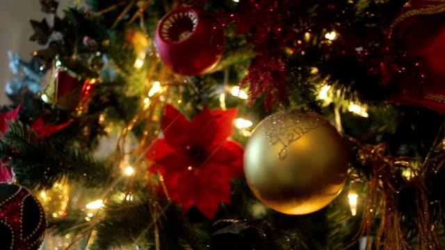 multi-colored christmas toys - jodła filmów i materiałów b-roll