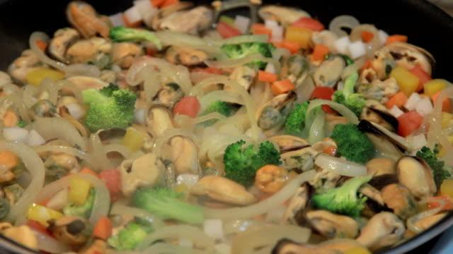 vídeos y material grabado en eventos de stock de multicolored deliciosos paella - comida española