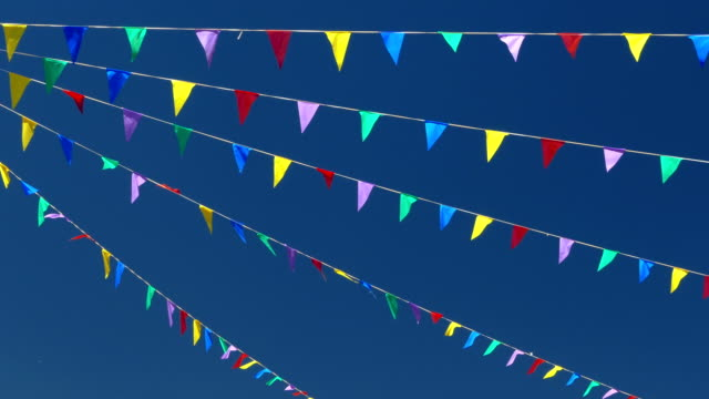 vídeos de stock, filmes e b-roll de bandeiras multicoloridas no céu azul. - insígnia