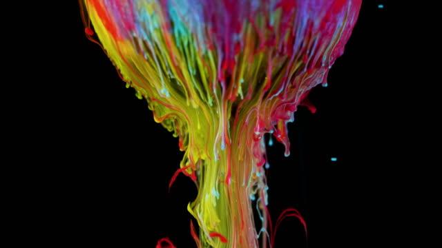 vidéos et rushes de la peinture à l'encre multicolore coule lentement de la bille - image composite numérique