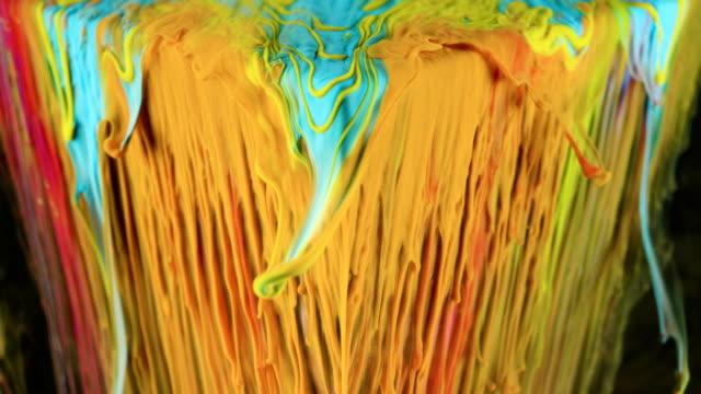 çok renkli mürekkep boyası yavaşça sualtı küpten akar - dijital montaj stok videoları ve detay görüntü çekimi
