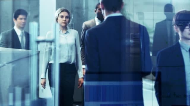 本社ビルの廊下を歩くビジネスマンの多文化の群衆。人々 は、ビジネスを行います。documentalistic 青み。 - 犯罪者点の映像素材/bロール