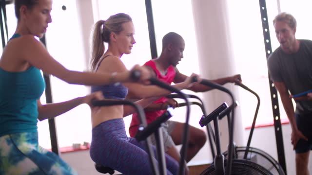 マルチ ethinc ご友人とご一緒での室内サイクリング、トレーニングクラスにクロスフィット - 有酸素運動点の映像素材/bロール