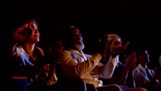 çok etnik iş insanları konferans salonu 4k iş seminerinde alkışladı - i̇yi giyimli stok videoları ve detay görüntü çekimi