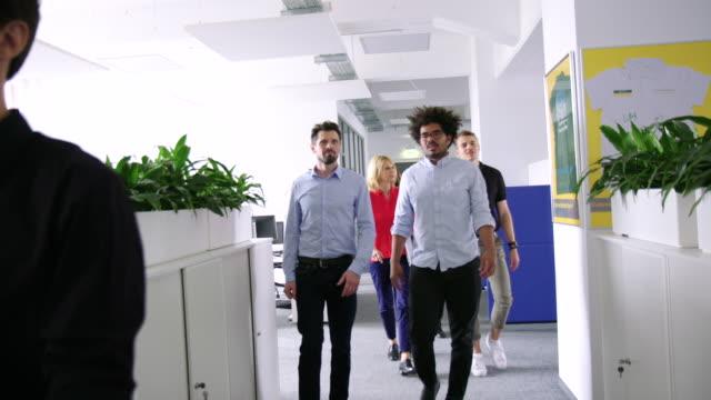 多民族商人穿過辦公室走廊 - 三四十歲的人 個影片檔及 b 捲影像