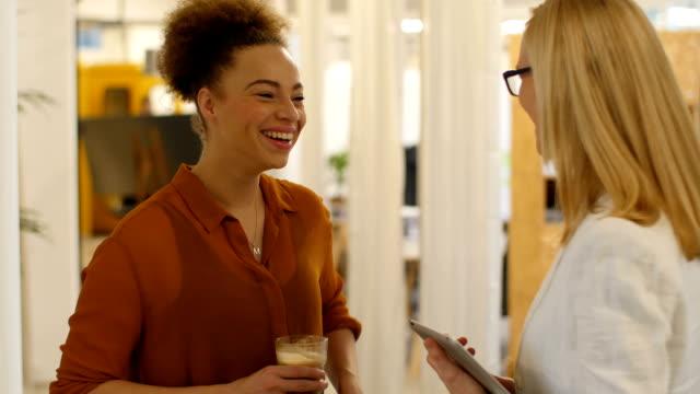 Multi étnica mujeres de negocio comunicar en oficina creativa - vídeo