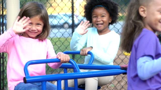 メリーゴーランドを振っての多民族の子供たち - 4歳から5歳点の映像素材/bロール