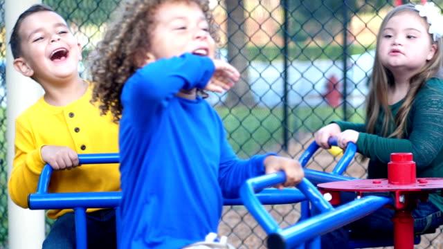 Multi-ethnischen Kinder auf Spielplatz-Karussell – Video