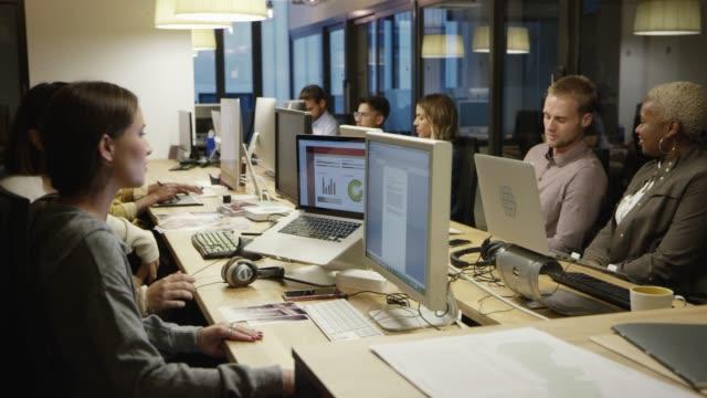 colleghi multietnici che lavorano in ufficio creativo - 20 o più secondi video stock e b–roll