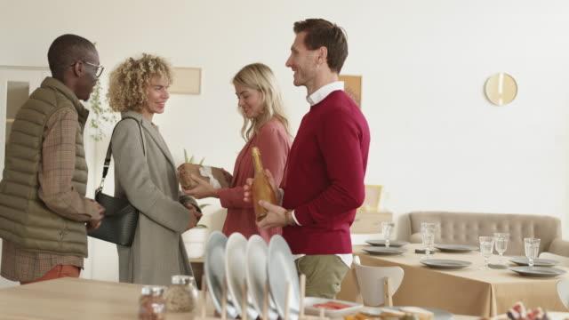 wieloetniczna para przychodzi na kolację - four seasons filmów i materiałów b-roll