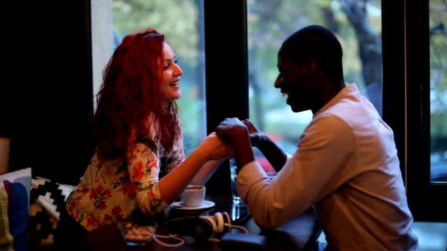 vidéos et rushes de couple multi-ethnique flirter et main dans la main - rendez vous amoureux