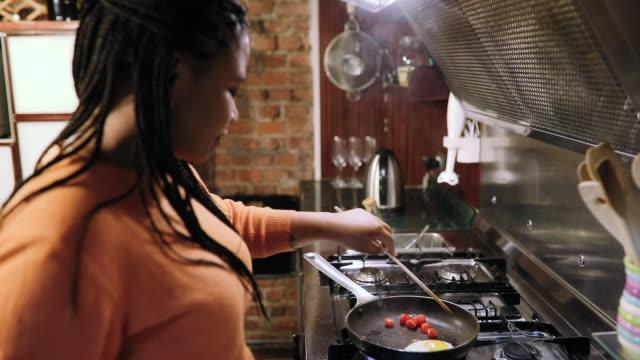 아침 식사를 준비하는 룸메이트의 다민족 커플 - 과체중 스톡 비디오 및 b-롤 화면