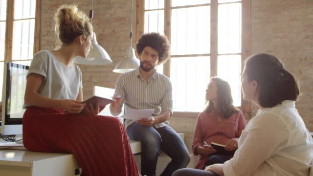 multietniska medarbetare diskuterar på kontor - 30 39 år bildbanksvideor och videomaterial från bakom kulisserna