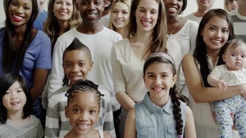 vídeos de stock e filmes b-roll de diversidade étnica gerações grupo grande de pessoas - comunidade