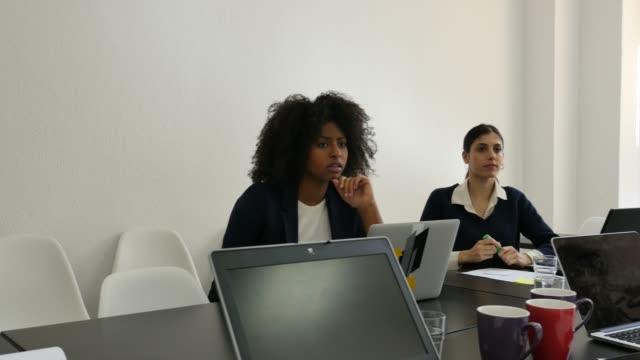 Multi-ethnischen weiblicher Führungskräfte Planungsstrategie – Video