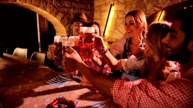 vídeos y material grabado en eventos de stock de y multiétnicas amigos celebrando el festival de oktoberfest y brindando con cerveza - oktoberfest