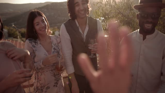 vídeos y material grabado en eventos de stock de y multiétnicas amigos bebiendo y divirtiéndose en el balcón de pueblo mediterráneo - moda de otoño