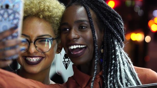 多民族のお友達、selfie を引き継ぐ - 若者文化点の映像素材/bロール