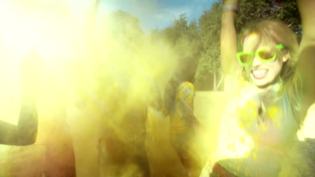 multietniskt gruppen fira holi festival i park - blue yellow band bildbanksvideor och videomaterial från bakom kulisserna