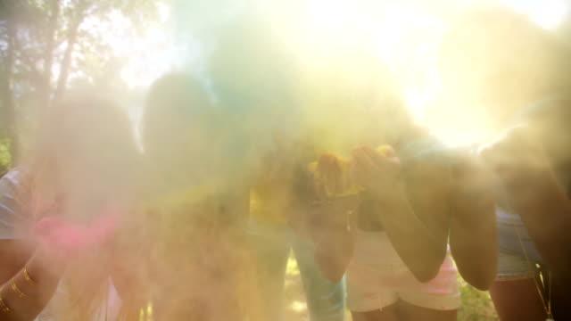 vídeos de stock e filmes b-roll de grupo multiétnico celebrando festival de holi no parque - holi