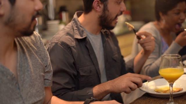 vídeos de stock, filmes e b-roll de multi-étnica grupo de amigos e família para comer pizza em casa - comida feita em casa