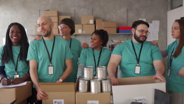 다민족 자원봉사자들이 해온 일에 대해 기뻐합니다. - giving tuesday 스톡 비디오 및 b-롤 화면