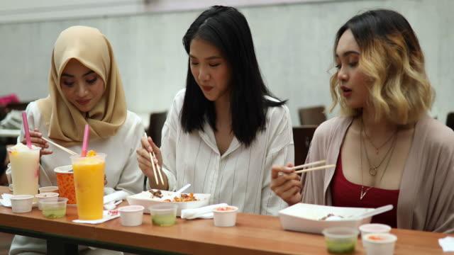 Multi-ethnischen Gruppe von Frauen Essen im restaurant – Video