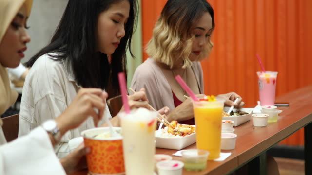vídeos de stock e filmes b-roll de multi-ethnic group of women having a lunch break - comida asiática