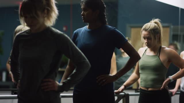 ett multietniskt gäng kvinnor i blandade åldrar monter på en balett barre i en motion studio - balettstång bildbanksvideor och videomaterial från bakom kulisserna