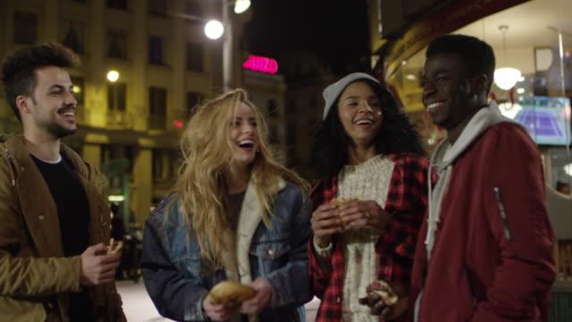 stockvideo's en b-roll-footage met multi-etnische happy vrienden genieten van voedsel in de stad - sociale bijeenkomst