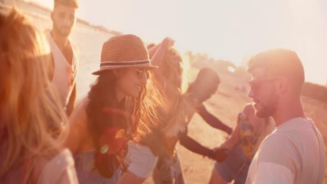 multi-ethnischen hipster freunde tanzen im sommer beach party im sonnenuntergang - musikfestival stock-videos und b-roll-filmmaterial