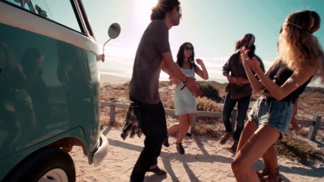 Multi-etnico Fricchettone gli amici Ridendo e feste, balli accanto alla van - video