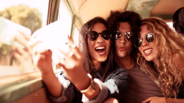 grupa wieloetniczna hipster retro van biorąc selfie road podróż - pojazd lądowy filmów i materiałów b-roll