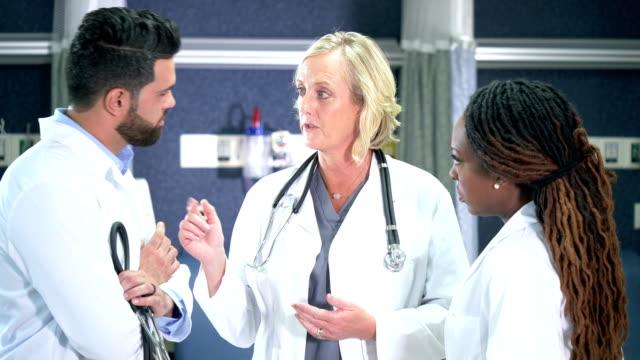 vídeos de stock e filmes b-roll de multi-ethnic medical team conversing - cabelo preto