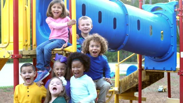 多民族の幼児の遊び場で - 4歳から5歳点の映像素材/bロール