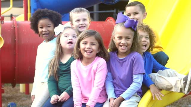 multietniska förskola barn på lekplats - förskoleelev bildbanksvideor och videomaterial från bakom kulisserna