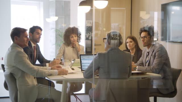 vídeos y material grabado en eventos de stock de multiétnicas profesionales de planificación en la sala de juntas - diez segundos o más