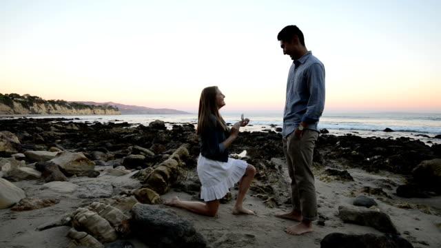 ビーチで提案している多民族国家のロマンチックなカップル ビデオ