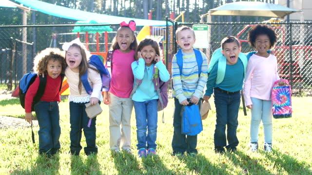 多民族の学校の子供たちが並んでいて - 4歳から5歳点の映像素材/bロール