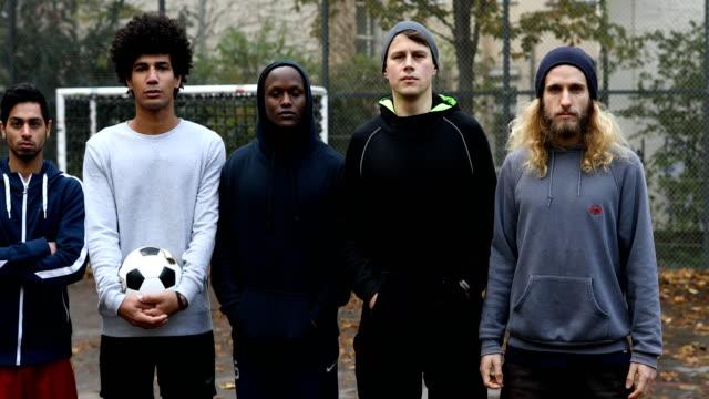 Multi-ethnischen Fußball Team stehen mit ball – Video