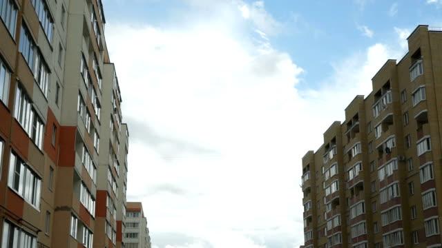multi-rodziny budynek mieszkalny - osiedle mieszkaniowe filmów i materiałów b-roll