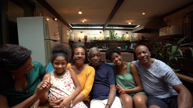 generationsübergreifende afrikanische hispanische familie home portrait - vereinen stock-videos und b-roll-filmmaterial