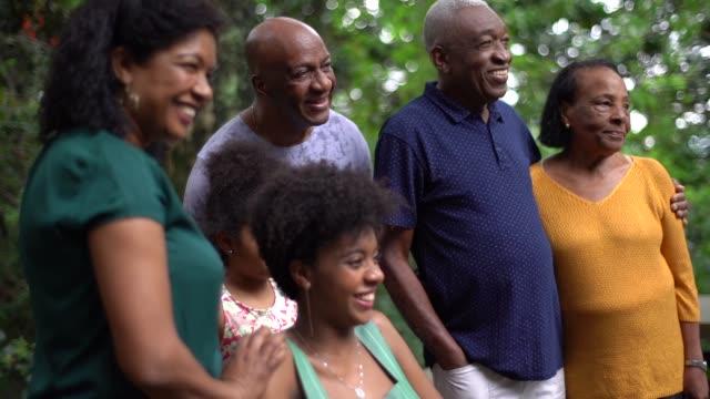vídeos de stock, filmes e b-roll de geração multi africana latino-americanos em casa de família - brasileiro pardo