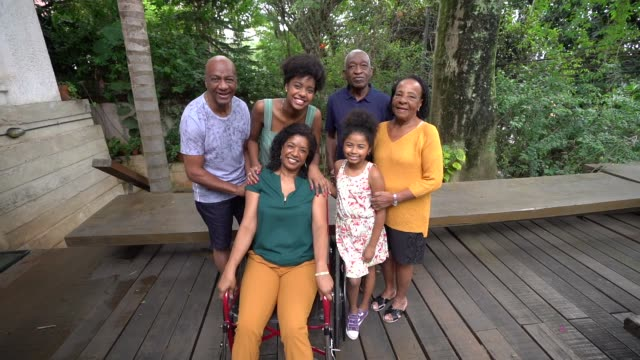много поколений африканской испаноязычной семьи у себя дома - бразилец парду стоковые видео и кадры b-roll
