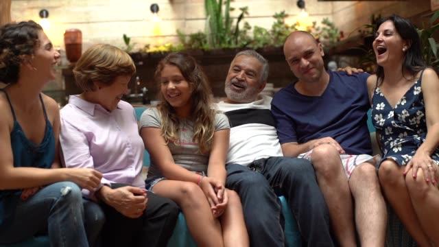 家庭の肖像画で多世代ブラジルの家族 - 親族会点の映像素材/bロール
