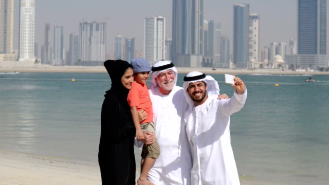 multi-generation emirati family taking a selfie - emirati woman 個影片檔及 b 捲影像