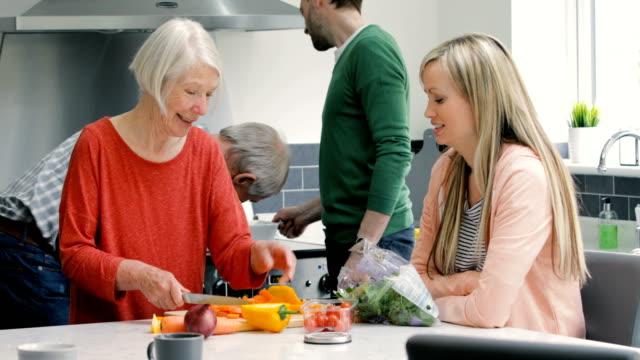 Mehr-Generationen-Familie gemeinsam kochen – Video