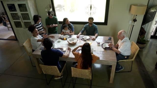 多世代家族が一緒に朝食を楽しむ - 親族会点の映像素材/bロール